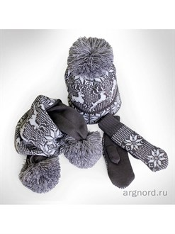 Вязаный комплект: шапка, шарф и варежки с оленями